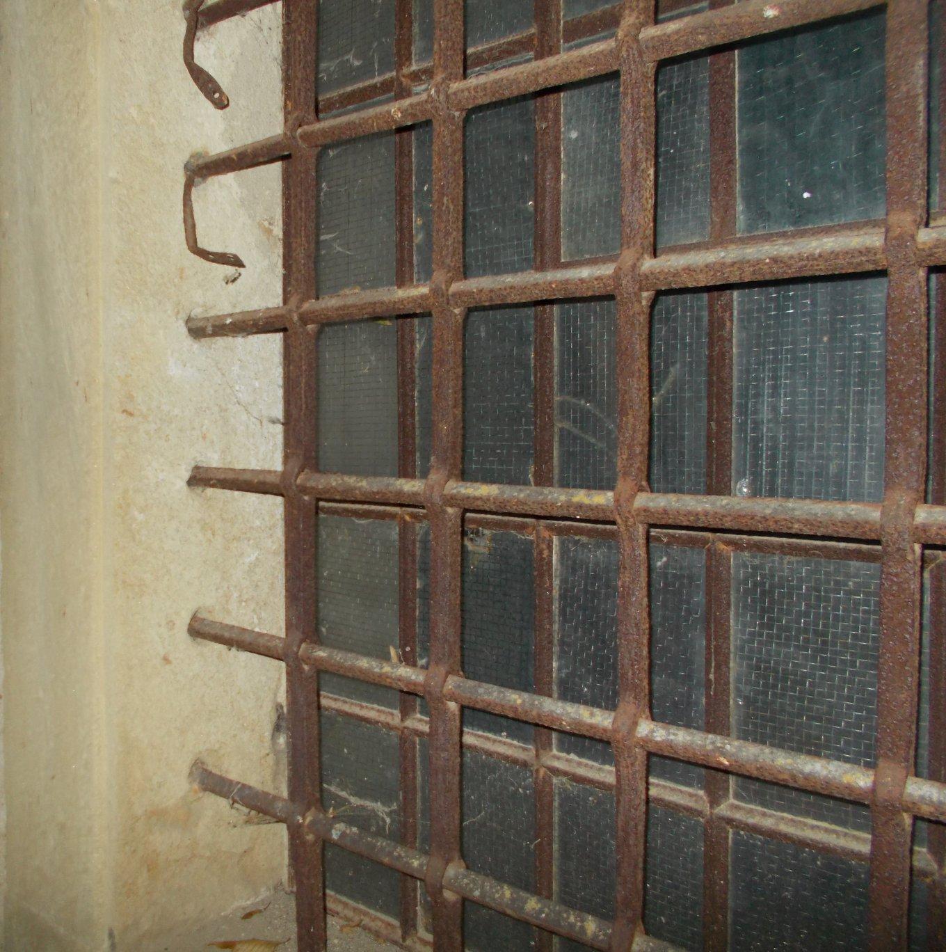 Die Gitterstäbe sind tief in der Laibung versenkt.   Das Gitter kann nicht rausgerissen werden