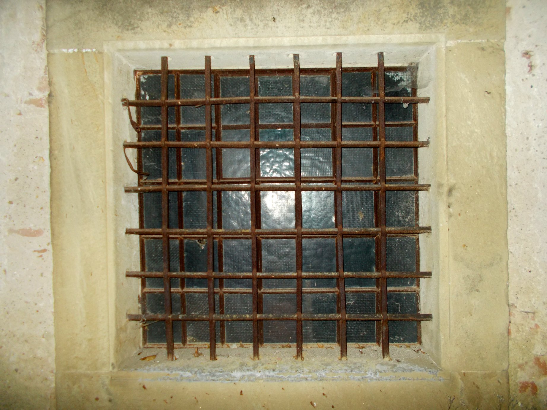 Dieses halbhistorische Fenstergitter ist eine perfekte Meisterarbeit.  Seit Jahrhunderten...