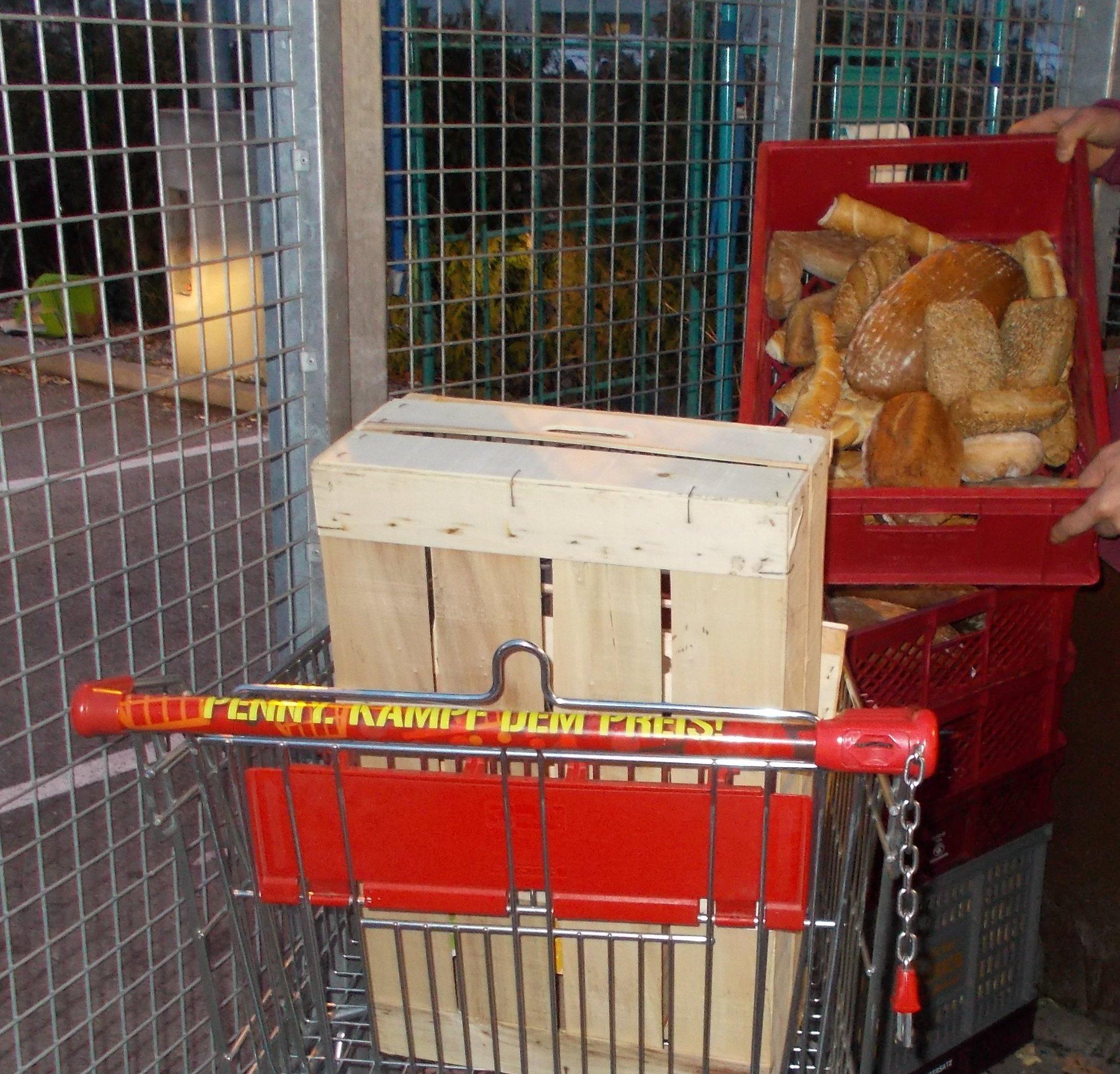Kistenweise frisches Brot zur freien Entnahme, während ich bezahle