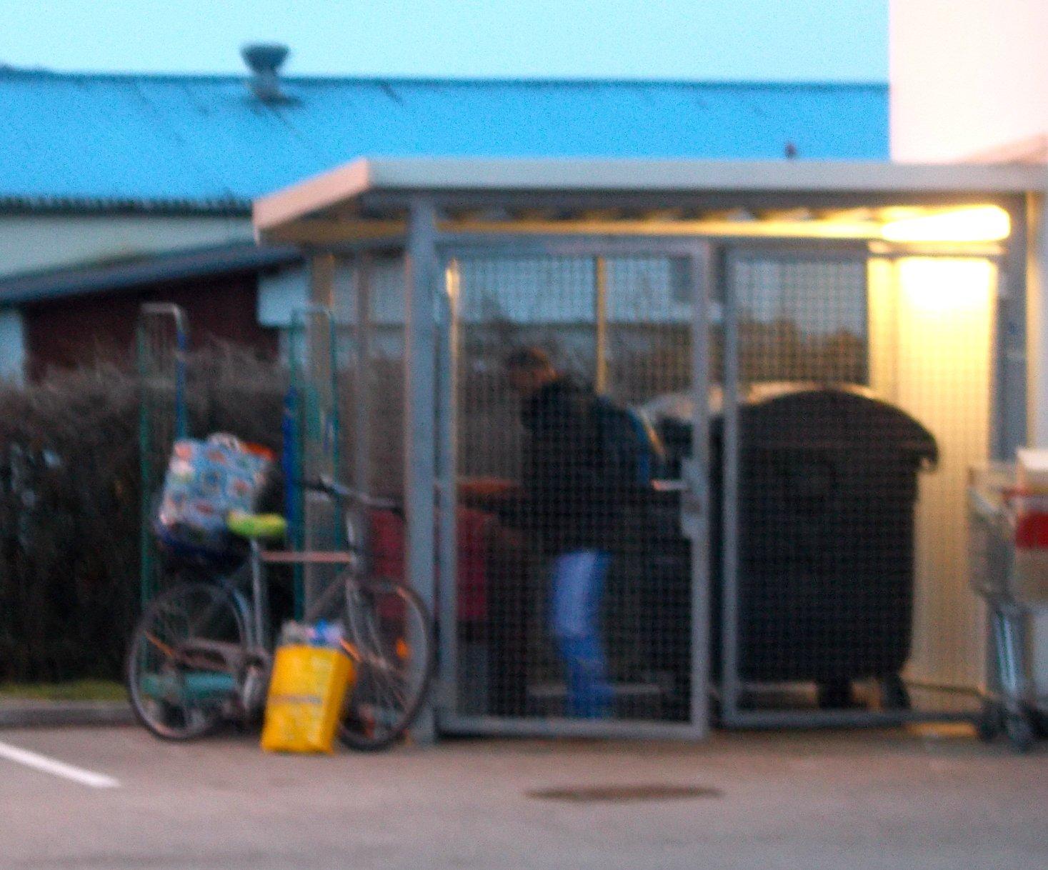 Ein Mann in blauer Hose bediente sich kostenlos und stopfte seine riesigen Einkaufstaschen am Rad voll