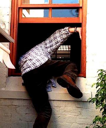 Blitzschnell ist der Sommer-Einbrecher durchs offene Fenster eingestiegen und genauso schnell ist er wieder verschwunden. Allerdings mit einigen wertvollen Gegenständen