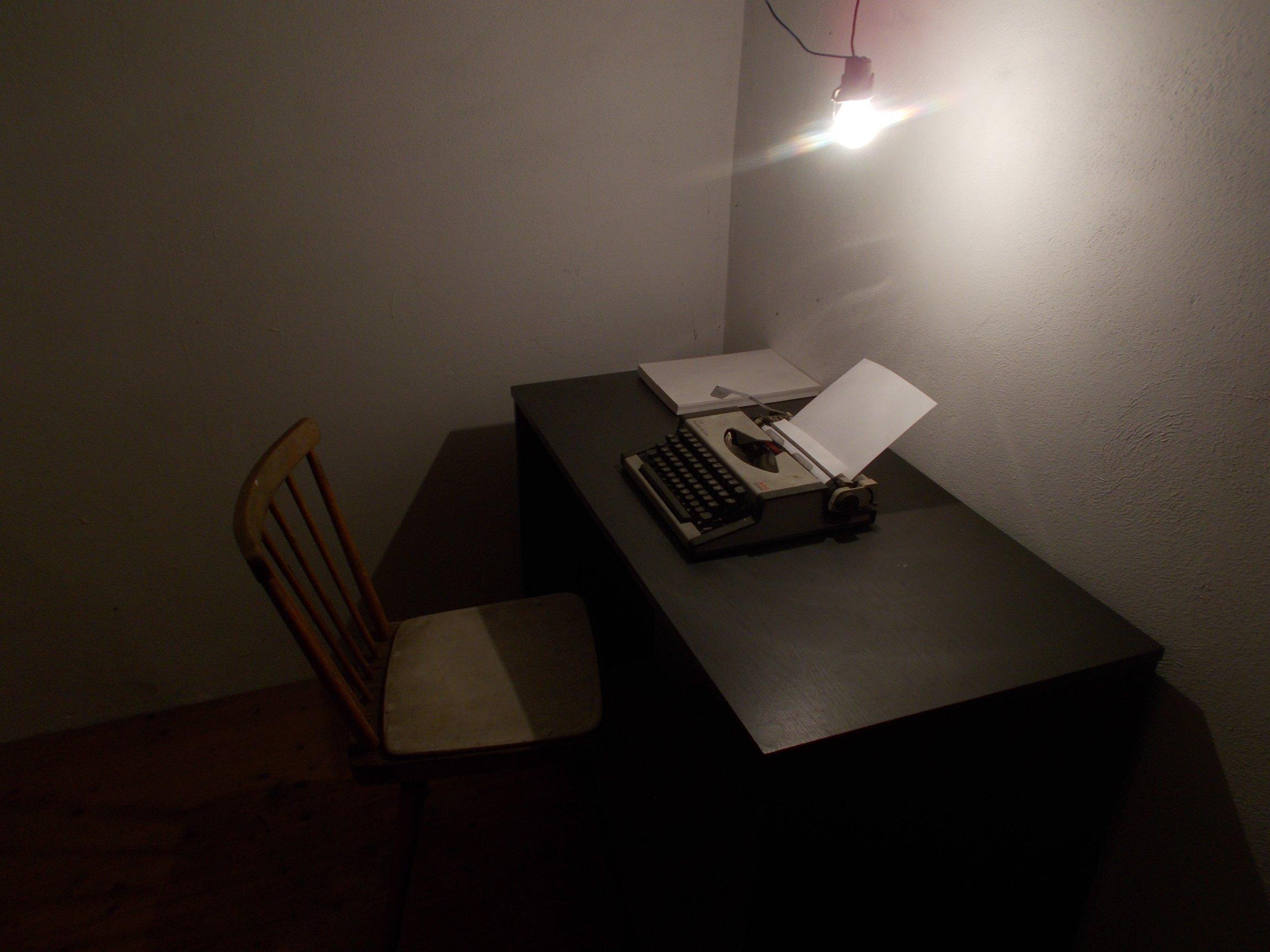 Spartanische Ausrüstung zum Schreiben. Was braucht ein Schriftsteller mehr? Die Welt ist in seinem Kopf
