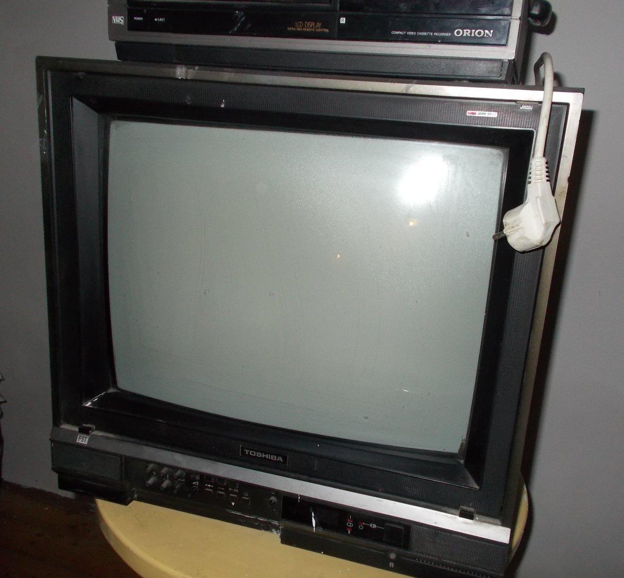 Ein solches TV Gerät wird nicht gestohlen, sondern zerstört. Das neue, das bessere nehmen die Einbrecher nach einigen Wochen mit
