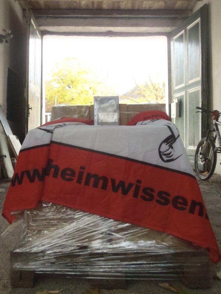 Eine Palette voll mit geballtem Schlossknackerwissen geht auf die Reise nach Deutschland. Viele Leser werden glücklich gemacht