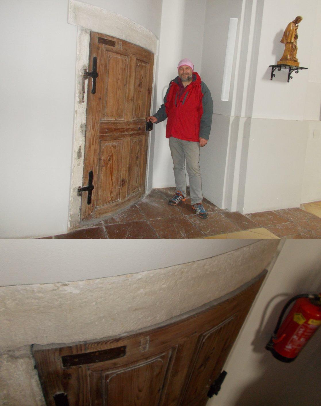 Eizigartig: Eine runde Holztüre in einer Kirche Von oben gut zu erkennnen